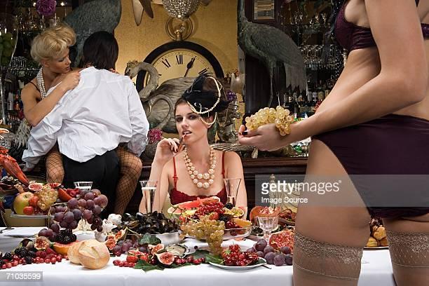 Quatre personnes en configuration banquet