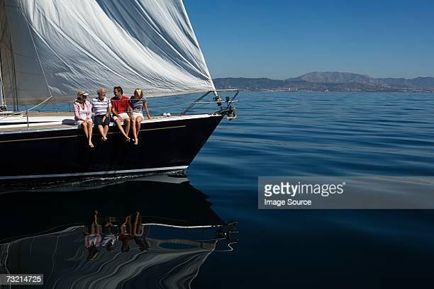 Quatre personnes Sam sur un bateau à voile