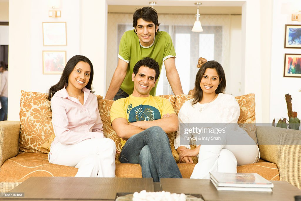 Four People Sitting In The Living Room Smiling Stock Foto Getty Images