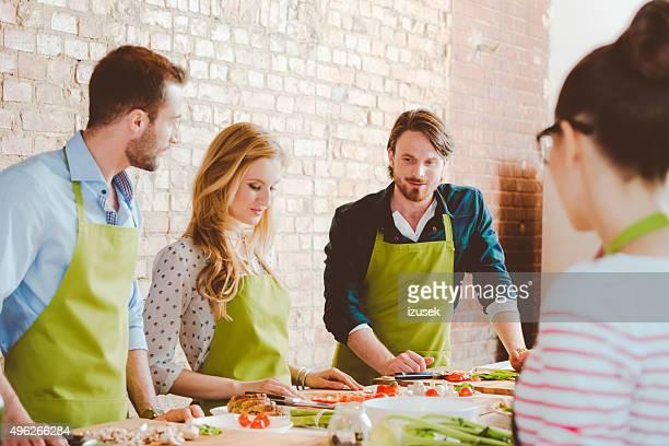 Quatre personnes prenant part à un cours de cuisine
