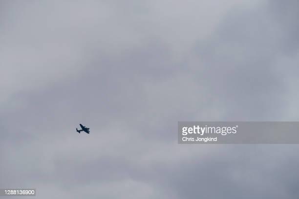 four propeller world war ii era bomber warplane - lancaster bomber stock pictures, royalty-free photos & images