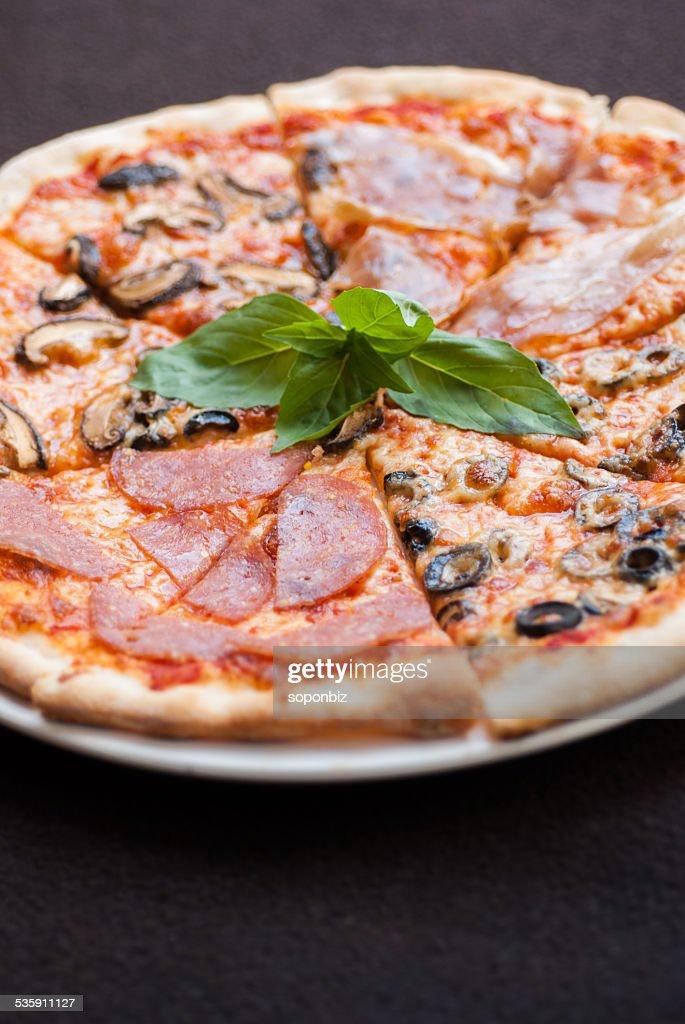 Rebanada de Pizza de cuatro temporada : Foto de stock
