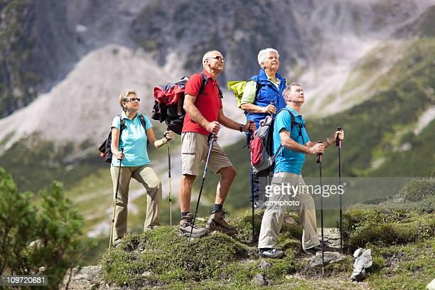 Quattro senior escursionisti sulla giornata di sole