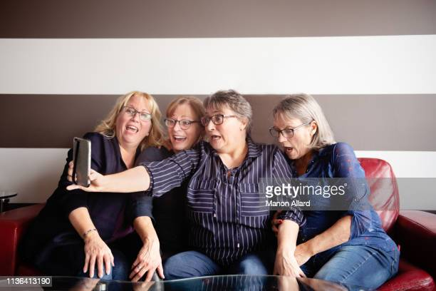 four sisters doing selfie together - large group of people photos et images de collection