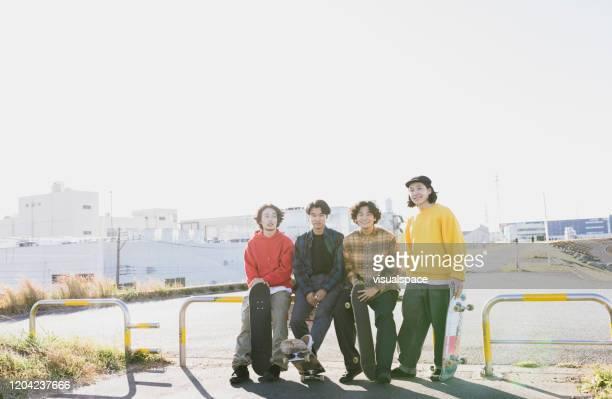 4人のスケートボーダー - 集合写真 ストックフォトと画像