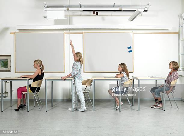 """quatro alunos em sala de aula """"gotemburgo, suécia"""" - quatro pessoas - fotografias e filmes do acervo"""