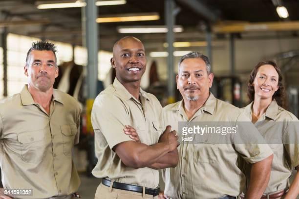 Fyra lastbilstransporter företaget arbetstagare i garage
