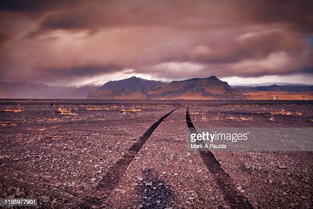 """four wheel """"road"""" towards the mountains in iceland - stimmungsvoller himmel stock-fotos und bilder"""
