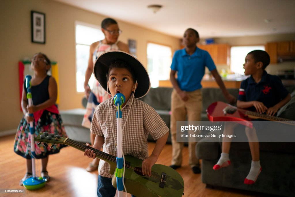 """""""Old Town Road"""" helps autistic boy learn to sing : ニュース写真"""