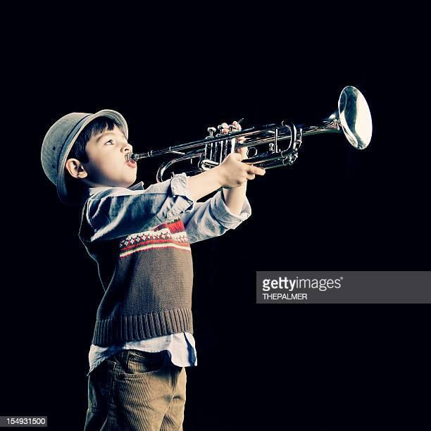 Vier Jahre Alter Kind spielt die Trompete