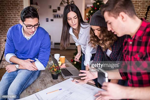Vier junge Architekten Arbeiten an einem Projekt, Teamarbeit