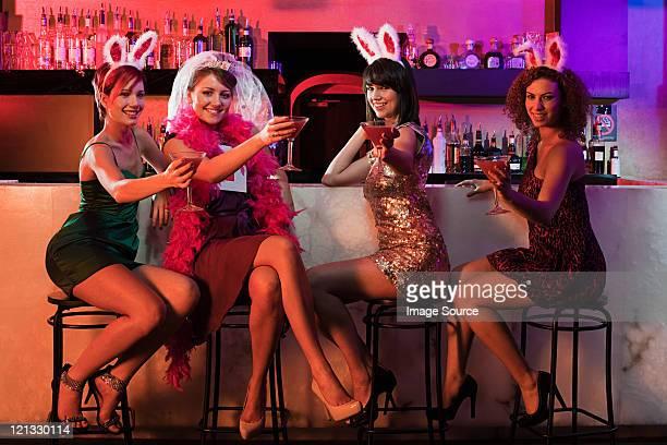 quattro giovani donne su hen notte - addio al nubilato foto e immagini stock