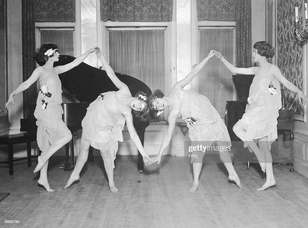 Four young women performing modern dance (B&W) : Stock-Foto