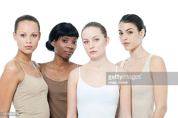 Vier junge Frauen zusammen