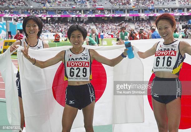 Fourth finish Naoko Sakamoto silver medalist Mizuki Noguchi and bronze medalist Masako Chiba of Japan celebrate after the Women's marathon during day...