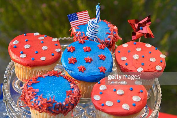 fourth of july cupcakes, american flag on patriotic picnic cake - memorial day background stock pictures, royalty-free photos & images