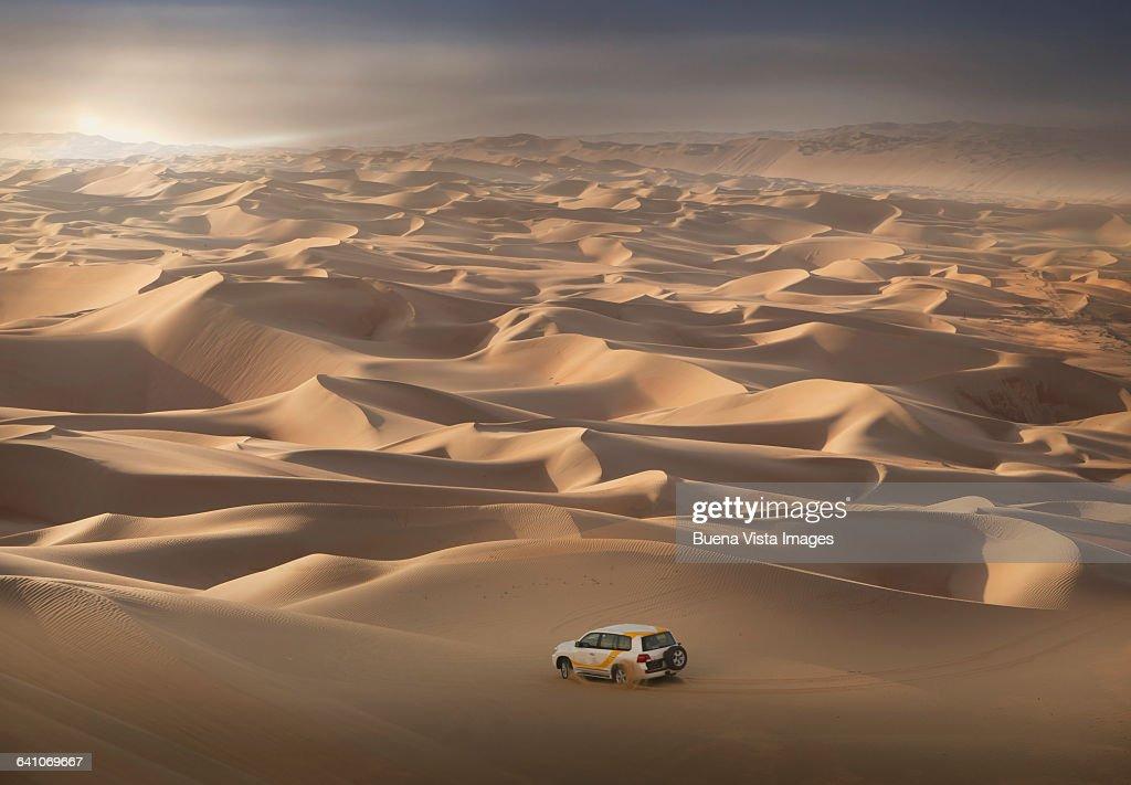 Four-wheel-drive vehicle in the desert : Foto de stock
