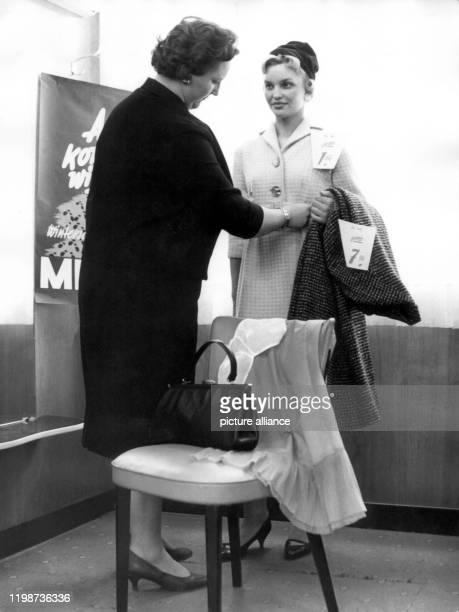 Für 28,45 DM komplett eingekleidet hat sich diese Dame beim Winterschlussverkauf in einem Nürberger Kaufhaus, inklusive Handtasche, Unterwäsche, Hut,...