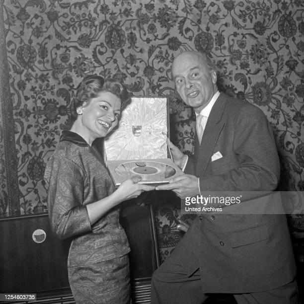 """Für ihr Lied """"Refrain"""", mit dem sie 1956 den ersten Eurovision Song Contest gewann, bekommt die Schweizer Sängerin Lys Assia die Goldene Schallplatte..."""