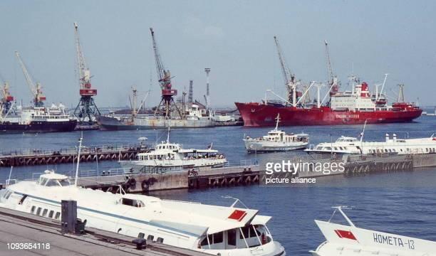 Frachtschiffe und Touristenschiffe verschiedener Typen im Hafen von Odessa aufgenommen am 20 August 1970 Der Schwarzmeerhafen der Heldenstadt Odessa...