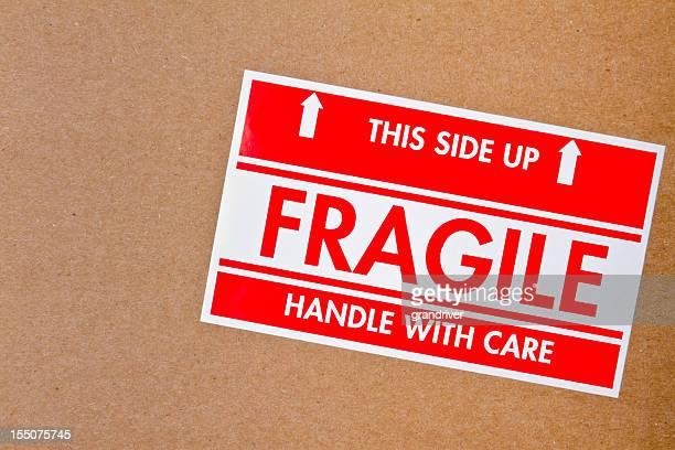 Símbolo frágil em caixa de cartão