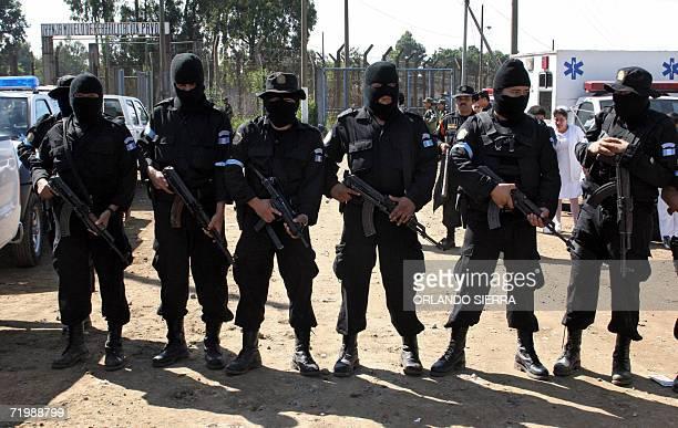 Agentes de la Policia Nacional Civil impiden el paso a la prensa a la Granja de Rehabilitacion Pavon en el municipio de Fraijanes 25 kms al este de...