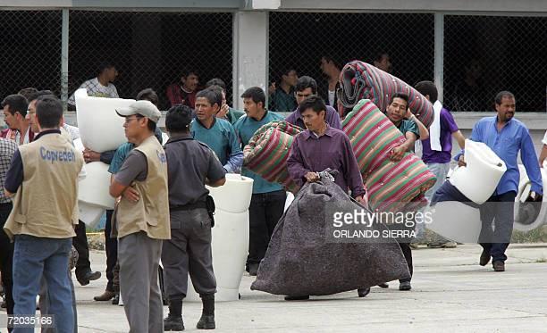 Convictos que pertenecian al Comite de Orden y Disciplina de la Granja Modelo de Rehabilitacion Pavon son evacuados de la carcel de Pavoncito ante la...