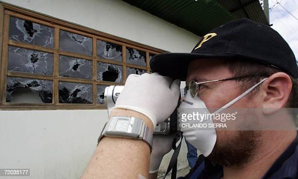 Un agente del Ministerio Publico graba en video los destrozos causados por la fuerza de seguridad durante el asalto a la Granja Modelo de...