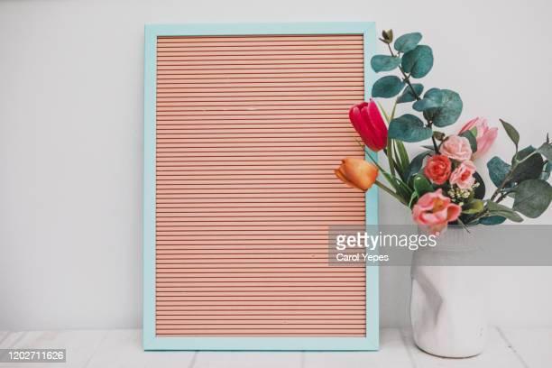 frame and flowers mockup - tischflächen aufnahme stock-fotos und bilder