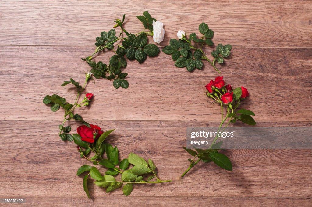 Rahmen Der Rote Rosen Mit Grunen Blattern Auf Einem Holzernen