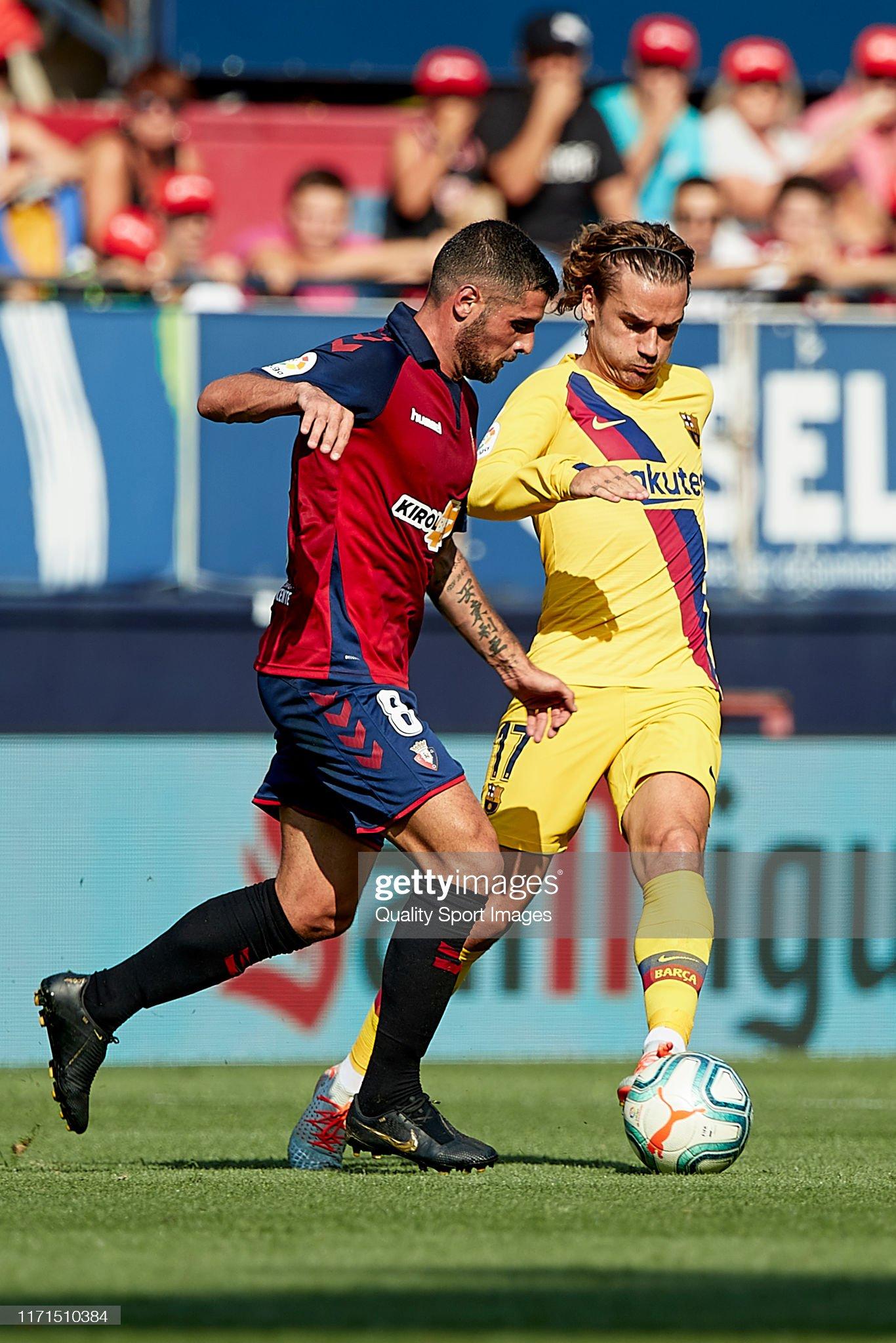 صور مباراة : أوساسونا - برشلونة 2-2 ( 31-08-2019 )  Fran-merida-of-ca-osasuna-competes-for-the-ball-with-antoine-of-fc-picture-id1171510384?s=2048x2048