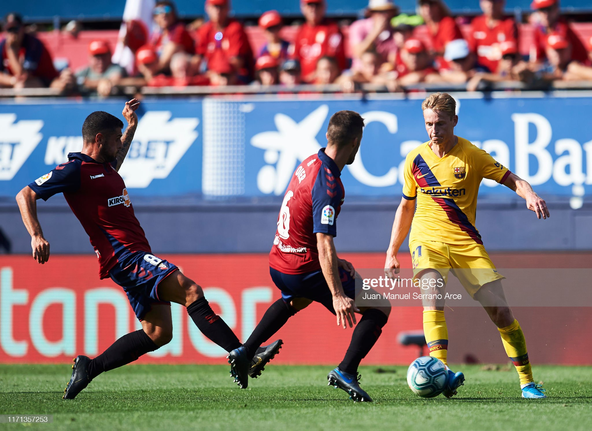 صور مباراة : أوساسونا - برشلونة 2-2 ( 31-08-2019 )  Fran-merida-of-ca-osasuna-competes-for-the-ball-with-frenkie-de-jong-picture-id1171357253?s=2048x2048