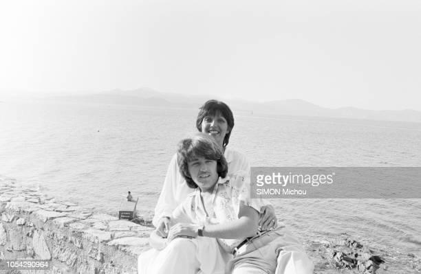 France 16 août 1978 Rendezvous avec le musicien Marc CERRONE et son épouse Florence dans leur villa de la Côte d'Azur Ici posant dans les bras l'un...