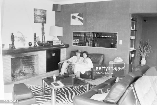 France 16 août 1978 Rendezvous avec le musicien Marc CERRONE et son épouse Florence dans leur villa de la Côte d'Azur Ici posant assis dans un canapé...