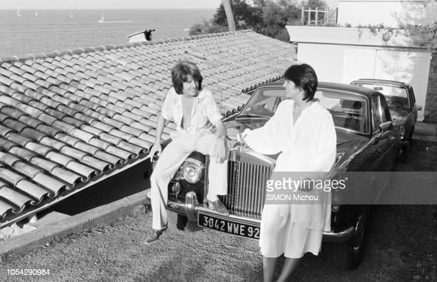 France 16 août 1978 Rendezvous avec le musicien Marc CERRONE et son épouse Florence dans leur villa de la Côte d'Azur Ici se regardant assis sur...