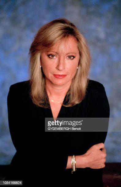 France 19 février 1996 Portrait en studio de la chanteuse française Véronique SANSON Ici en plan taille de face esquissant un sourire et croisant les...