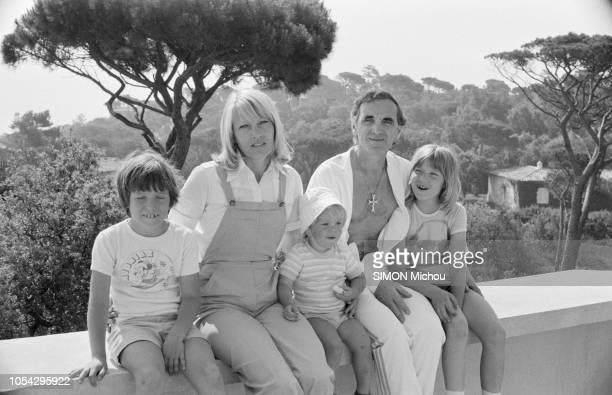 France 1er juillet 1979 Charles AZNAVOUR en vacances avec son épouse Ulla et leurs enfants Misha Cathia et Nicolas Ici posant assis sur un muret