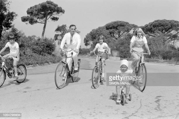 France 1er juillet 1979 Charles AZNAVOUR en vacances avec son épouse Ulla et leurs enfants Misha Cathia et Nicolas Ici tous les cinq faisant du vélo...