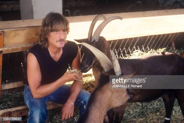 France 1er juillet 1980 Rendezvous avec le chanteur CHRISTOPHE Ici posant dans une étable avec des chèvres