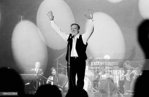 France 20 mars 1982 Rendezvous avec Yves MONTAND en tournée en province Ici levant les bras en l'air face au public A l¿arrière plan ses musiciens...