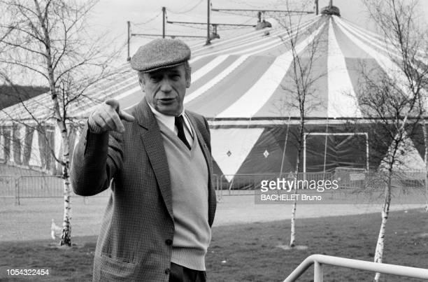 France 20 mars 1982 Rendezvous avec Yves MONTAND en tournée en province Le chanteur coiffé d'une casquette en plan taille parlant avec l'index pointé...