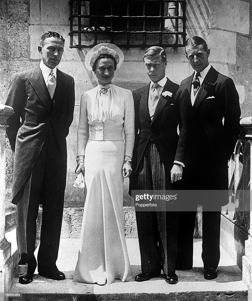 France, 3rd June, 1937, The Duke of Windsor, formerly King Edward VIII of England, and his wife Mrs, Wallis Simpson stand with the best man Major E,D, Metcalfe after the wedding ceremony at Chateau De Cande in France : Nieuwsfoto's