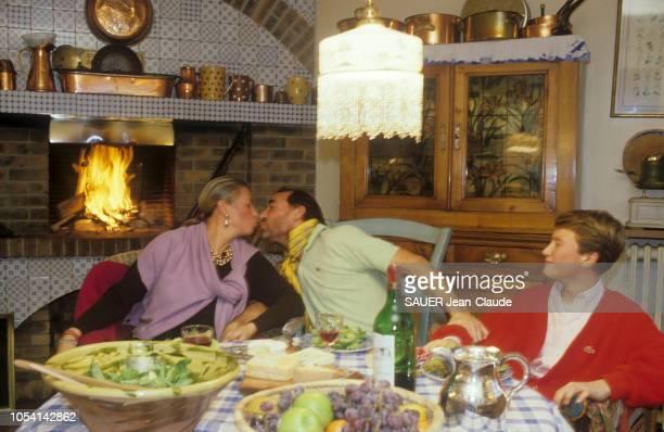 France 9 décembre 1985 L'acteur Claude BRASSEUR embrassant son épouse Michèle en présence de leur fils Alexandre autour d'un dîner en famille