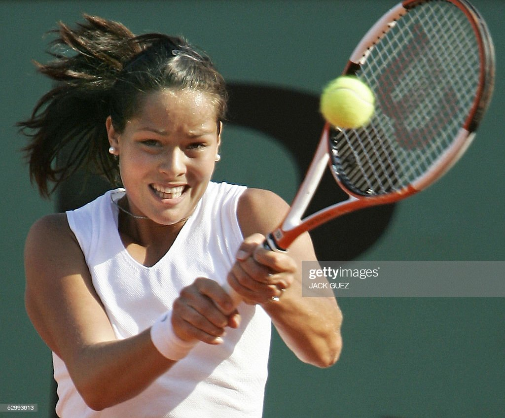 Ana Ivanovic of Serbia returns the ball to Amelie Mauresmo of France during their third round match of the tennis French Open at Roland Garros, 28 May 2005 in Paris.