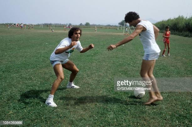 France Août 1983 Rendezvous avec le chanteur Julien CLERC pendant sa tournée d'été Ici jouant pieds nus au football avec Michel PLATINI footballeur...