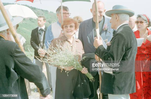 France août 1997 Louis VELLE et son épouse Frédérique HEBRARD avec leurs enfants et petitsenfants dans la maison familiale du Vigan pour les vacances...