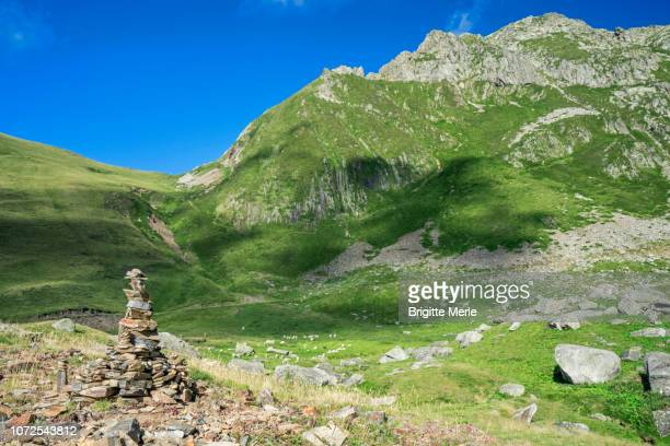 france, ariege, artistic cairn at the circus of gerac, near guzet - アリエージュ ストックフォトと画像