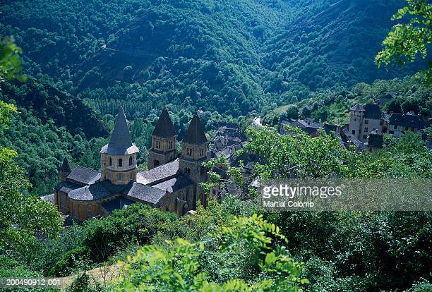 france, aveyron, conques, abbaye de ste-foy, elevated view - aveyron stock pictures, royalty-free photos & images