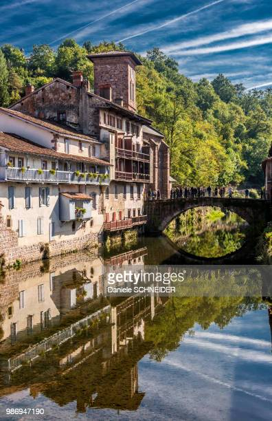 """france, basue country, river nive in saint-jean-pied-de-port (labelled """"most beautiful village in france"""") - saint jean pied de port stock photos and pictures"""