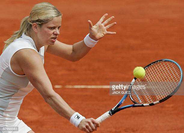 Belgium Kim Clijsters returns the ball to US Lindsay Davenport during their fourth round match of the tennis French Open at Roland Garros 29 May 2005...
